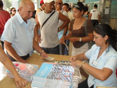 Alta demanda en Santa Clara del tabloide con información sobre los Lineamientos de la Política Económica y Social del Partido y la Revolución